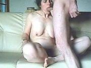 Зрелая дама с маленькими сиськами сосёт член во время мастурбации волосатой щели