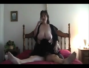 В постели зрелая и толстая домохозяйка раздвинула ноги лёжа и прыгала верхом