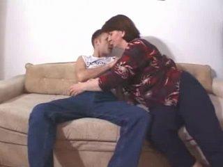Русская зрелая толстуха занялась домашним сексом с куни и минетом на диване