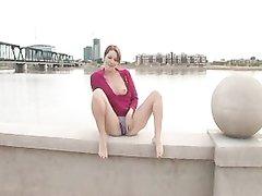 Рыжая молодая красотка на набережной разделась для любительской мастурбации