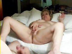 Зрелая толстуха лёжа в постели наслаждается домашней мастурбацией перед мужем