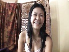 Молодая азиатка с волосатой дырочкой трахается после домашнего минета