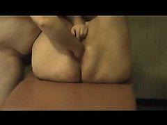 Любительский фистинг зрелой толстухи завершился бурным сквиртингом