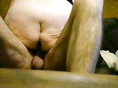 Зрелая и толстая блондинка трахается в позе наездницы с похотливым мужем