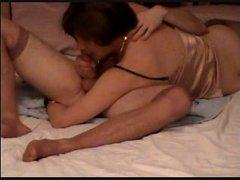 Ласковая жена лёжа в постели строчит домашний минет возбуждённому супругу