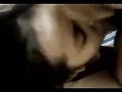 Молодая азиатка крупным планом чеканит любительский минет для окончания на лицо