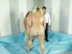 Зрелая толстуха победив соперницу на ринге трахается с молодым любовником