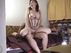 Домашний секс с возбуждающим минетом и проникновением в позе на карачках