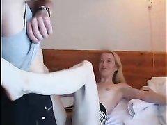 Русская зрелая блондинка после поцелуев и куни трахается с молодым любовником