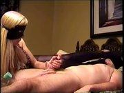 Блондинка на БДСМ свидании дрочит член связанного партнёра в чёрной маске