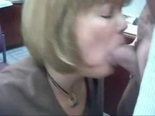 Зрелая женщина на работе сделала шикарный минет любовнику с окончанием в рот