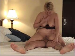 Зрелая любовница с большими сиськами перед вебкамерой трахается в постели