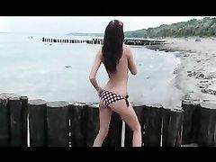 Модель с маленькими сиськами на пляже занялась любительской мастурбацией