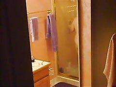 В ванной скрытая камер снимает зрелую домохозяйку с волосатой дырочкой
