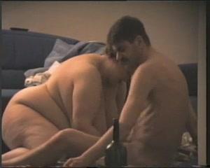 Зрелая и толстая домохозяйка с огромными сиськами соблазнила молодого парня