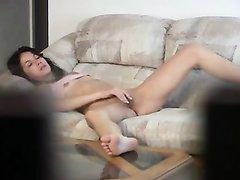 Скрытая камера снимает домашнюю мастурбацию молодой брюнетки на диване