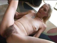 Зрелая блондинка после домашнего минета жёстко трахается в волосатую киску