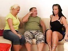 Грудастые зрелые толстухи завели молодого любовника для секса втроём