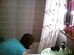 Скрытая камера в ванной снимает фигуристую молодую девушку со всех сторон