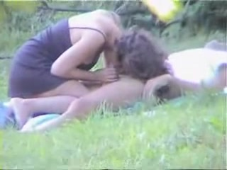 Подглядывание любительского секса с молодой красоткой в парке на поляне