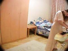 Любительское подглядывание за обнажённой зрелой женщиной вечером в спальне