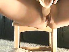 Жёсткая домашняя мастурбация зрелой красотки использующей секс игрушки