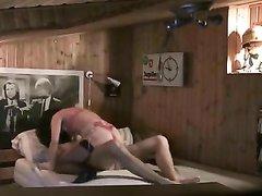 Скрытая камера снимает азиатку трахающуюся с белым парнем после домашнего минета