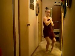 Подглядывание за фигуристой молодой домохозяйкой танцующей обнажённой