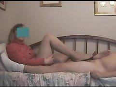 Скрытая камера в спальне снимает возбуждающий фут фетиш со зрелой домохозяйкой