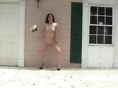 Любительский стриптиз и эротический танец фигурной красотки с большой попой