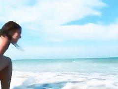 Молодая туристка с волосатой киской на пляже занялась любительской мастурбацией
