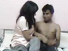 Жёсткий секс грудастой молодой смуглянки с возбуждённым любовником на кровати