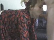 Рыжая шалава в чёрных чулках сделав домашний минет трахается в наклоне