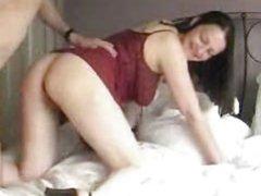 Домашний секс со зрелой брюнеткой завершился окончанием внутрь в бритую киску