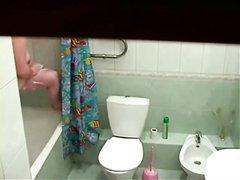 Домашняя скрытая камера записывает молодую и толстую брюнетку в ванной