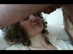 Развратник дрочит член и кончает на лицо зрелой любовницы сделавшей минет