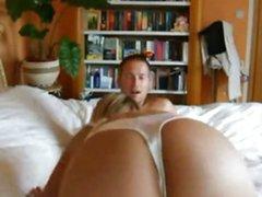 Немецкая блондинка с большой попой занялась домашним сексом в постели