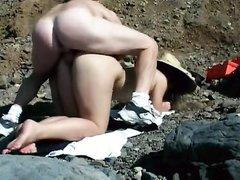 Туристка на пляже строчит любительский минет и сближается с незнакомцем