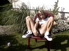 Молодая красотка для домашней мастурбации во дворе использует секс игрушку