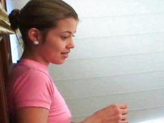 Молодая массажистка с маленькими сиськами строчит домашний минет и трахается