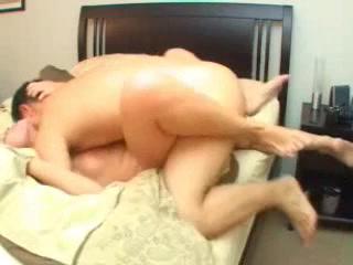 Домашний хардкор с минетом и окончанием внутрь молодой проститутки в постели