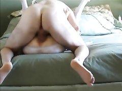 Зрелая дама перед скрытой камерой занялась любительским сексом с соседом