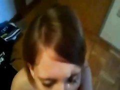 Молодая шлюха стоя на коленях сделала домашний минет с окончанием на лицо