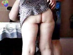 Зрелая домохозяйка перед скрытой камерой сделав минет отдалась молодому соседу