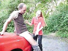 Худая блондинка на улице трахается с любовником для бурного окончания на попу
