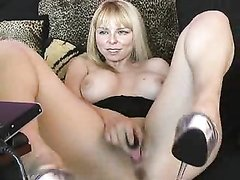 Блондинка обнажив большие сиськи занялась домашней мастурбацией по вебкамере