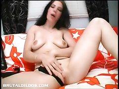 Брюнетка с маленькими сиськами использует фаллос для любительской мастурбации