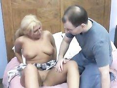 Ухажёр лижет мокрую киску и трахает аппетитную блондинку с большой попой