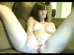 Грудастая искусительница увлеклась домашней мастурбацией перед вебкамерой