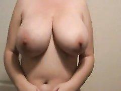 Зрелая домохозяйка обнажила натуральные большие сиськи перед вебкамерой